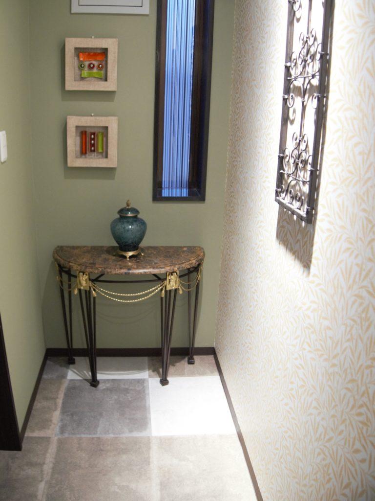 トイレ前のスペースに飾れらたインテリア
