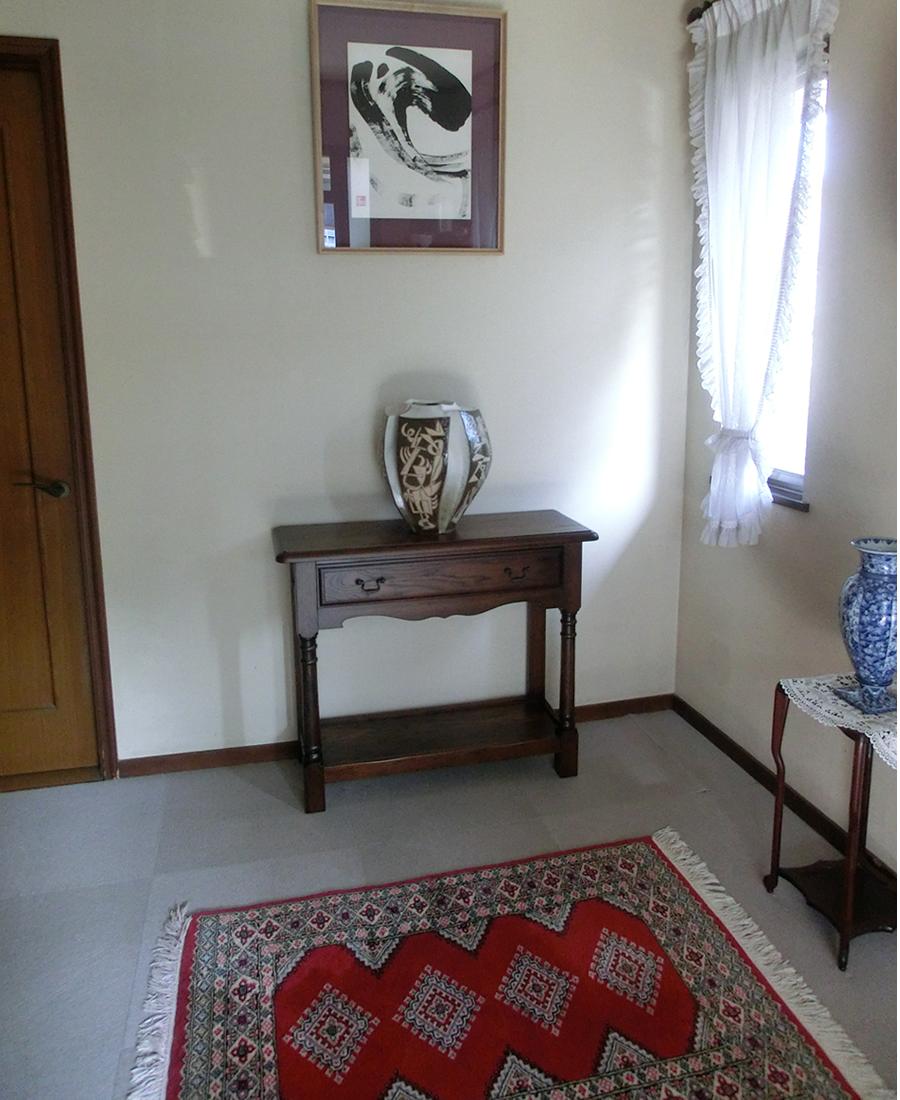 玄関には北海道家具のコンソールが置かれています。