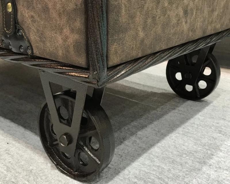 車輪と引き出し付きのテーブル