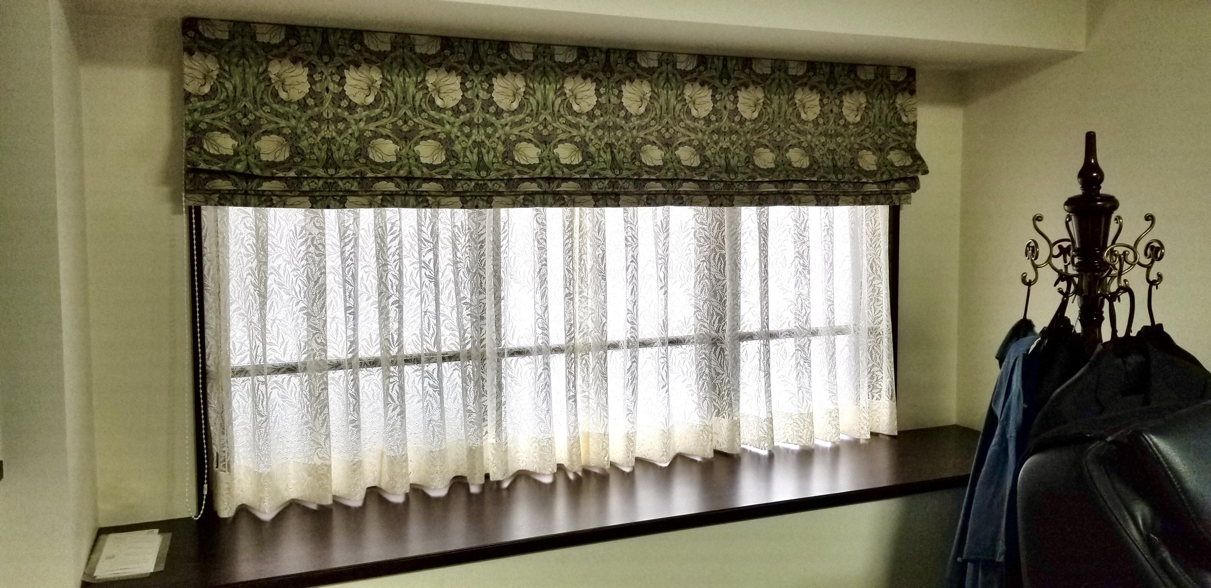 ウィリアムモリスのカーテン地を使用したプレーンシェードスタイルの窓辺。