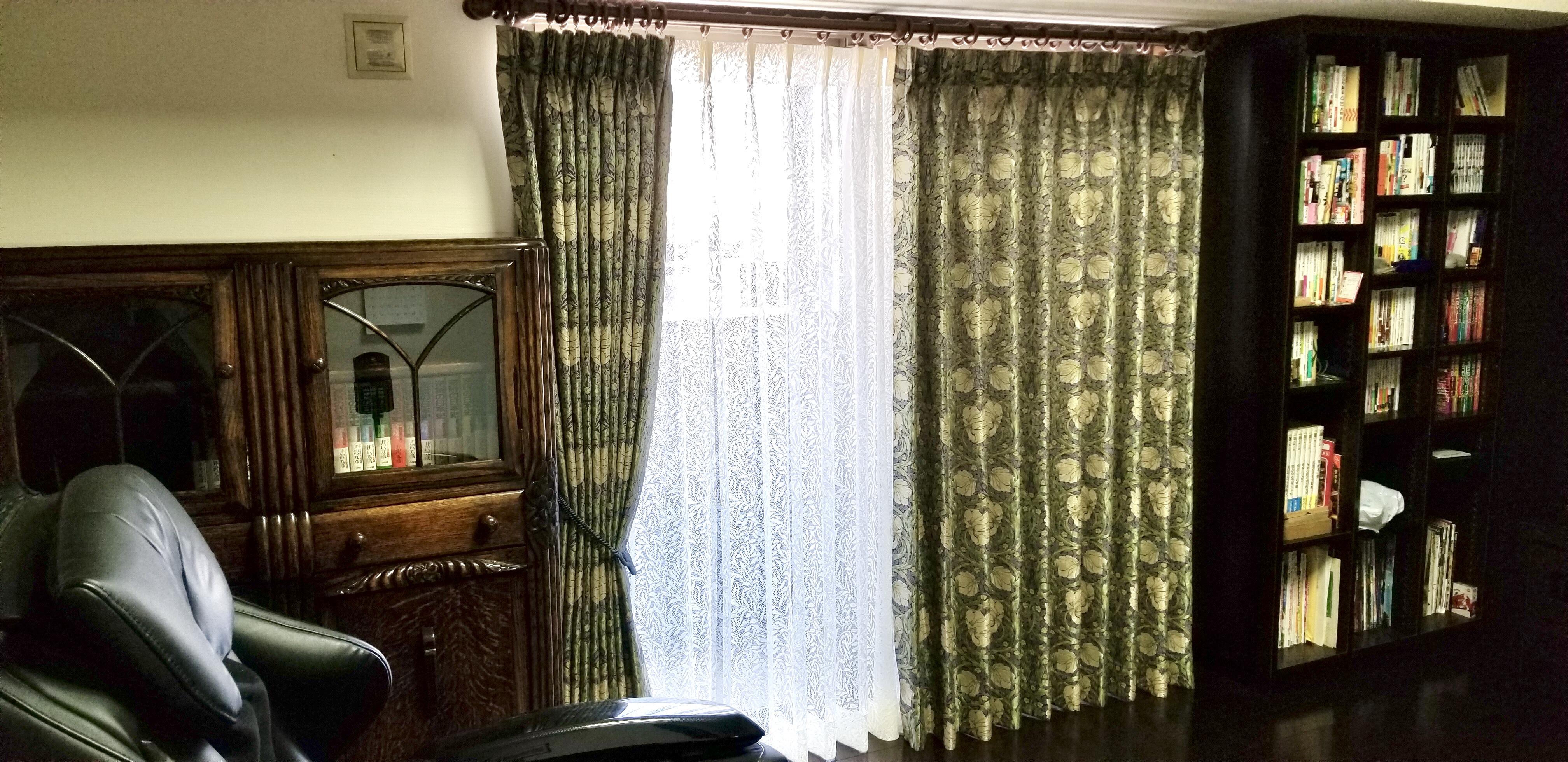 アンティーク家具とウィリアムモリスのカーテン