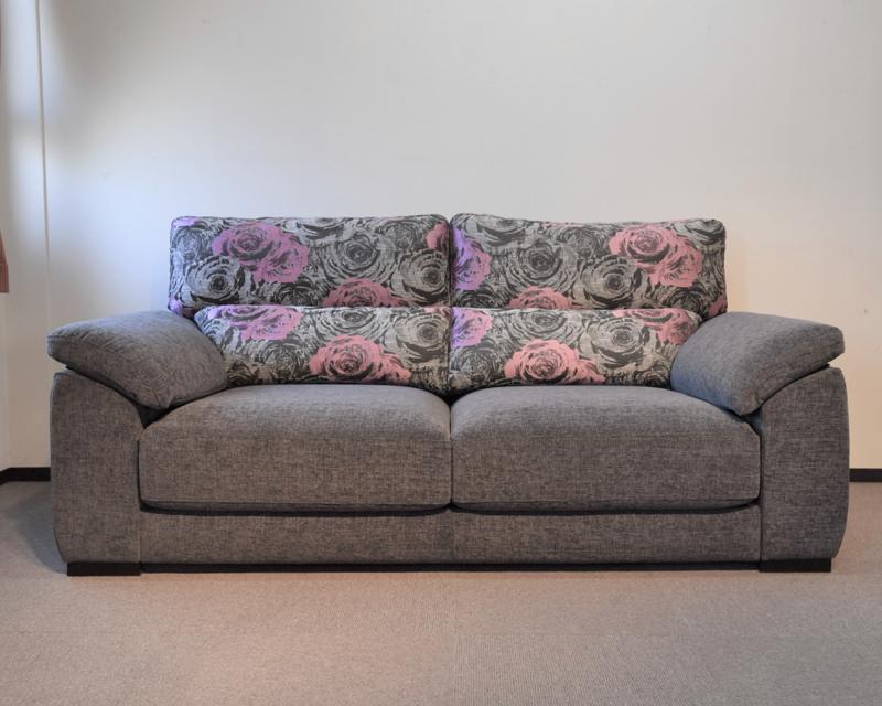 ピンクのバラ柄とグレーの張地のスペイン製3シーターソファ