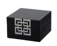 シルバーの金具がアクセントの黒のボックス