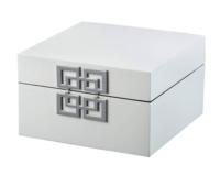 シルバーの金具がアクセントの白のボックス