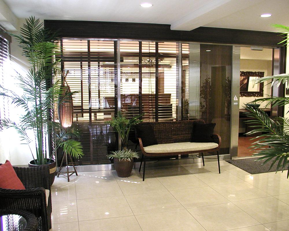アジアンテイストなクリニックの待合い室