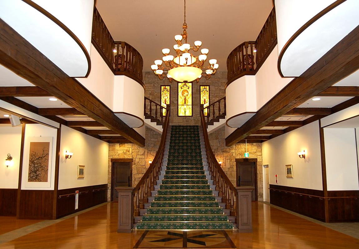 メリィハウス八千代のシンボルの吹き抜け大階段