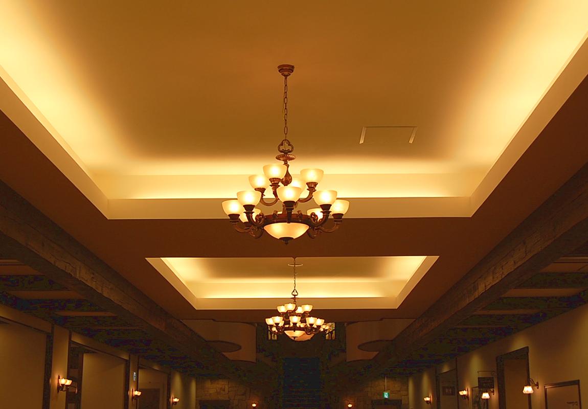 折り上げ廊下に吊られたアラバスター風シャンデリア