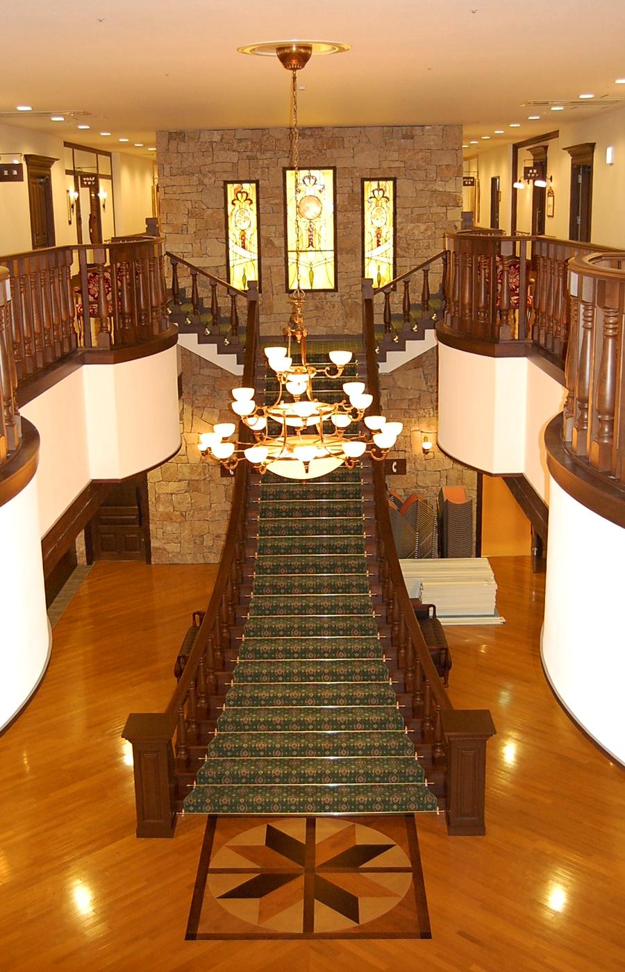 大階段と特注シャンデリア。