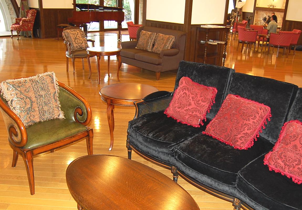 黒いソファとデザインのおしゃれな一人掛けチェア