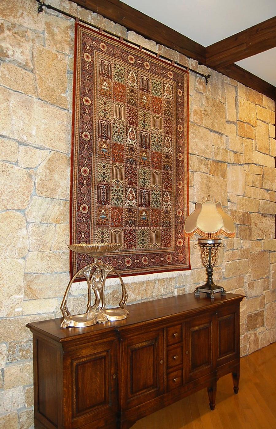シルク絨毯とサイドボード