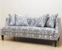 グレーのクラシカルな張地のソファ