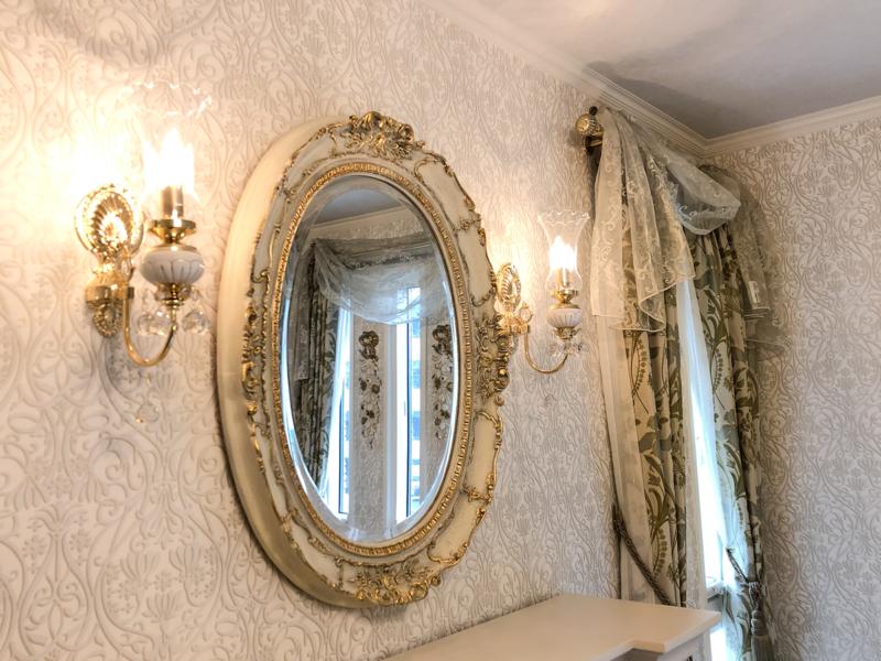 イタリア製の装飾豊かなオーバルミラー