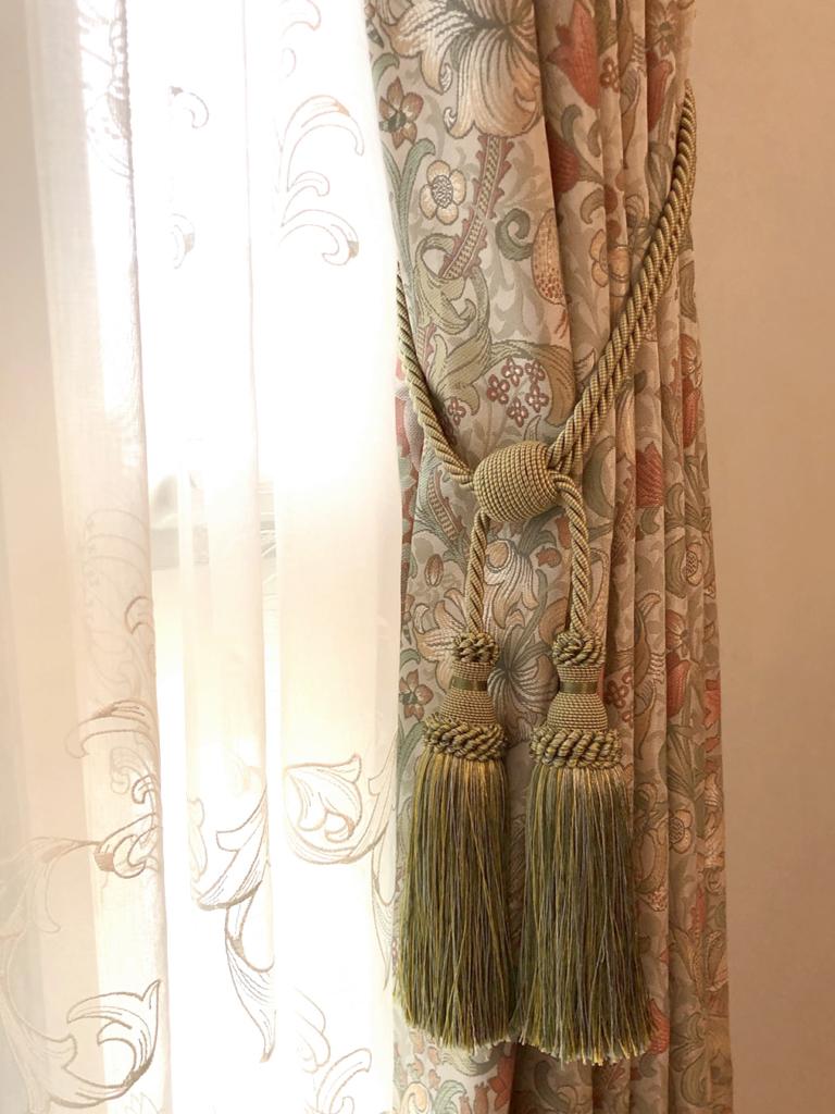 ジャガード織りの美しいドレープカーテンに装飾タッセルをコーディネート